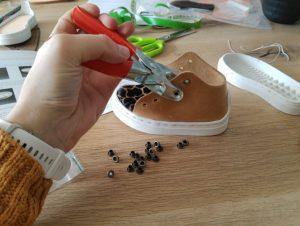 Oogjes aan de schoen maken